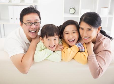 cara de alegria: familia feliz en la sala de estar Foto de archivo