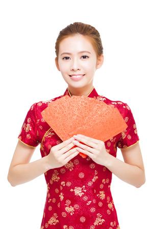행복 중국 새 해. 빨간색 가방을주고 젊은 아시아 여자