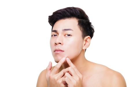 traitement: beau jeune homme Pimple Serrant Banque d'images