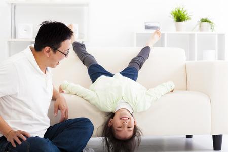 carita feliz: familia feliz en la sala de estar Foto de archivo
