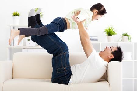 familie: gelukkig gezin in de woonkamer