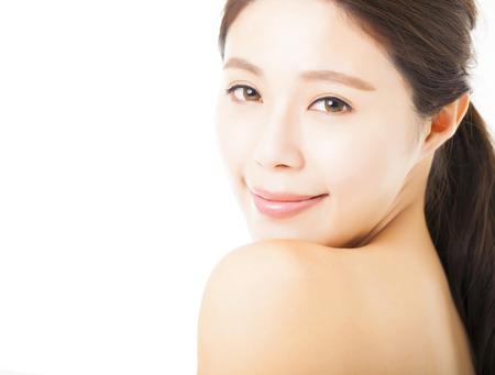 hombros: Primer de la cara hermosa mujer joven aislado en blanco Foto de archivo