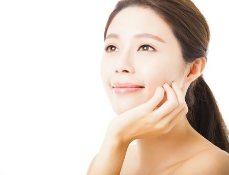 naturel: agrandi beau visage jeune femme isolé sur blanc