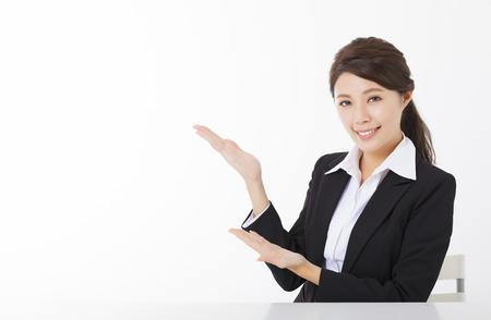 souriante femme d'affaires avec montrant geste