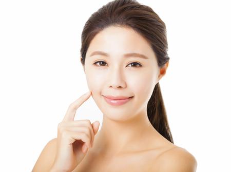 lächelnde schöne junge Frau Gesicht isoliert auf weißem