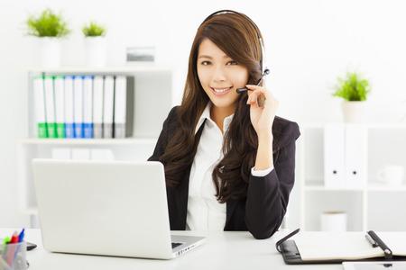 computer centre: joven mujer de negocios en el auricular