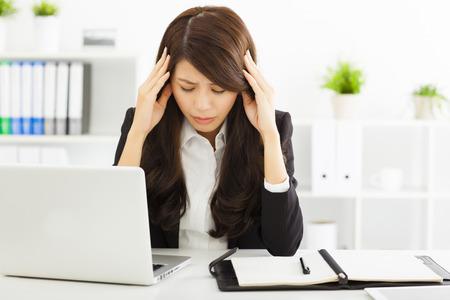 dolor de cabeza: destacó la empresaria sentado en la Oficina Foto de archivo
