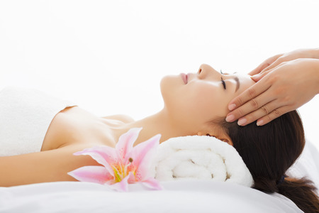 masajes faciales: joven y bella mujer en el spa salón Foto de archivo