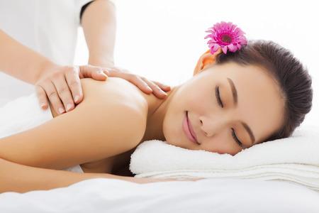 massaggio: giovane donna in salone spa ottiene massaggio Archivio Fotografico