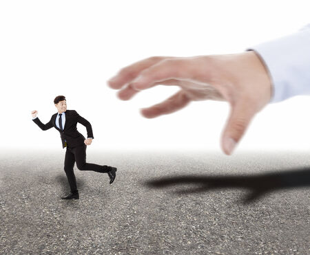 atrapar: gran mano tratando de tomar el empresario corriendo