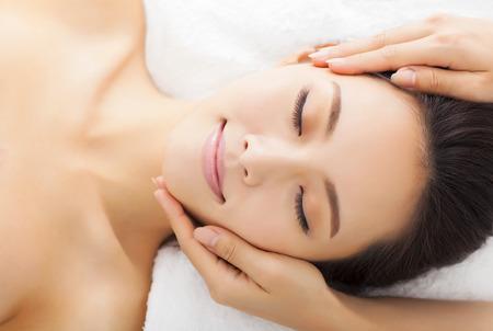spas: Massage von Gesicht für Frau im Wellness-Salon Lizenzfreie Bilder