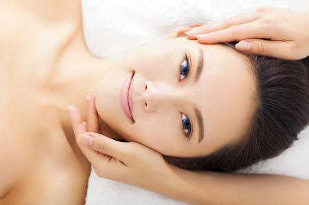 masajes relajacion: el masaje de la cara de la mujer en el spa sal�n Foto de archivo