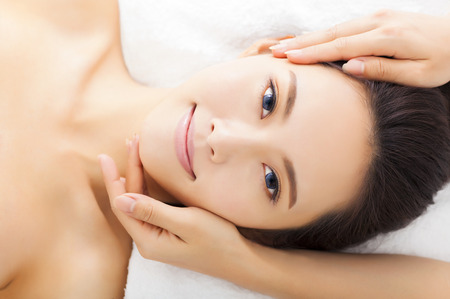 Massage du visage pour femme dans le spa salon Banque d'images - 34846376