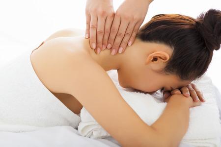 masaje de cuello de la mujer en el salón spa Foto de archivo