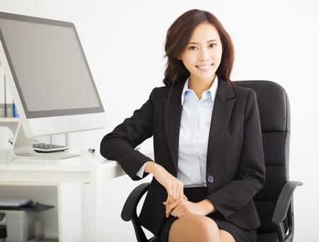 mujer trabajadora: feliz joven empresaria de trabajo en la oficina Foto de archivo