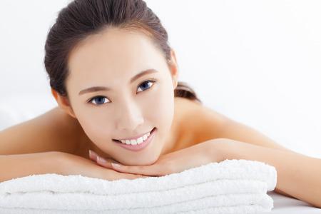 spas: Junge Frau, die immer Spa-Behandlung auf weißem Hintergrund Lizenzfreie Bilder