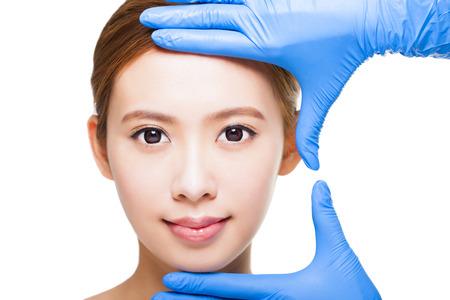 Junge attraktive Frau Gesicht und medizinischen Beauty-Konzept Standard-Bild - 35114962