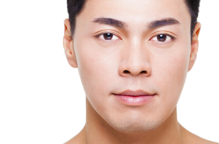 viso di uomo: primo piano viso giovane uomo asiatico isolato su bianco