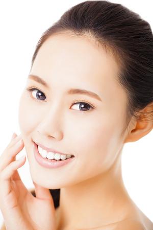 schöne augen: Nahaufnahme lächelnde junge Frau Gesicht isoliert auf weiss