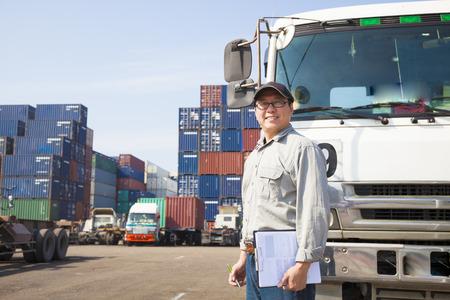conductor feliz delante de camión contenedor