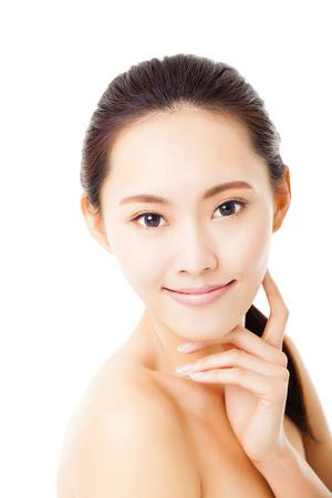 beautiful eyes: Nahaufnahme lächelnde junge Frau Gesicht isoliert auf weiss