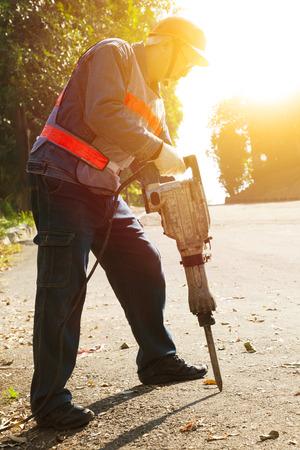 presslufthammer: Arbeiter mit pneumatischen Bohrhammer fertige Ausstattung brechen Asphalt auf Straße