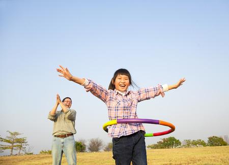 gelukkige jongen speelt hoelahoep buitenshuis Stockfoto