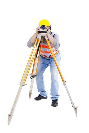 teodolito: Trabajador del topógrafo haciendo de medición y aislado en blanco