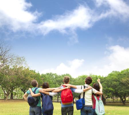 estudiantes: Joven grupo feliz de estudiantes mirando el cielo