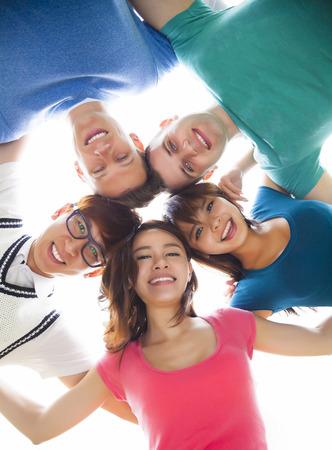 circulo de personas: feliz grupo joven estudiante mirando hacia abajo