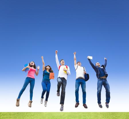 juventud: Joven grupo feliz de estudiantes saltando juntos