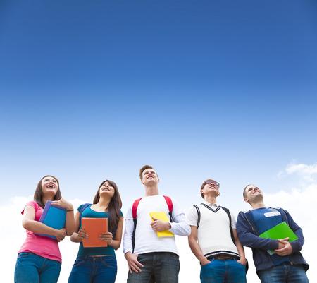 幸せな一緒に立っている学生のグループ、若い