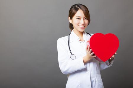 마음을 가진 아시아 여성 의사 미소