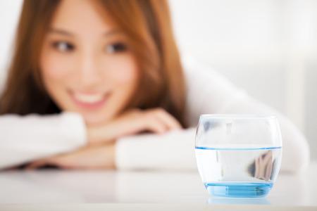 lifestyle: lachende jonge vrouw kijken naar de schoon water Stockfoto