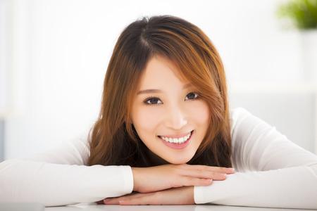 아름 다운 젊은 웃는 아시아 여자