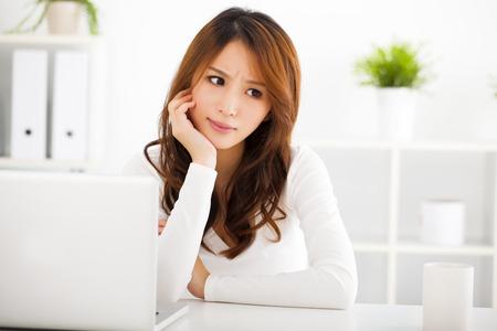 fille triste: Souligné jeune femme avec un ordinateur portable