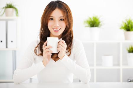 gelukkig Aziatische jonge vrouw het drinken koffie Stockfoto