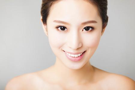 niñas sonriendo: portarretrato joven y bella mujer asiática cara sonriente
