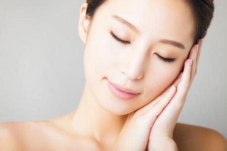 근접 촬영 웃는 젊은 아름다운 아시아 여자 얼굴