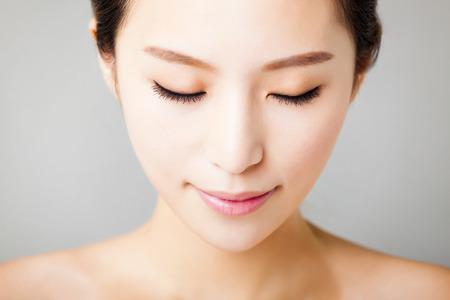 クローズ アップ若くてきれいな女性の顔