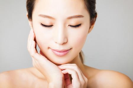 ansikten: Närbild leende ung vacker asiatisk kvinna ansikte Stockfoto