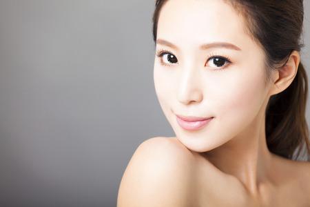 근접 촬영 젊은 아름 다운 여자 얼굴 스톡 콘텐츠