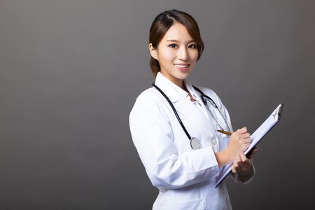 vrolijke vrouwelijke arts met klembord