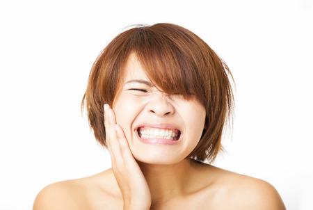 dolor de muela: joven mujer de cerca tiene dolor de muelas