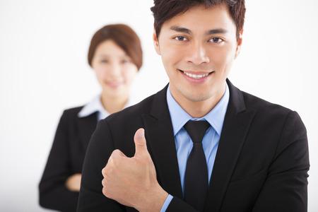 ビジネス: ハンサムな幸せなビジネスの男性の親指と