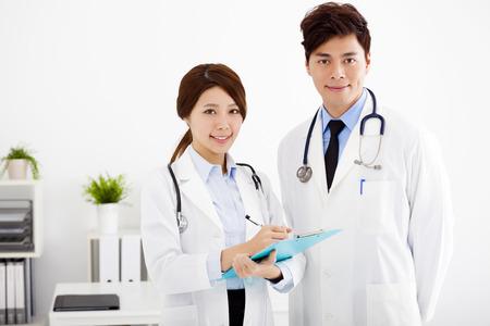 grupo de mdicos: M�dicos hombres y mujeres trabajando en una oficina del hospital