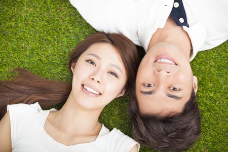 Bovenaanzicht van jonge paar liggen samen op het gras Stockfoto