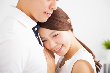 pareja durmiendo: Feliz pareja joven y sonriente en el amor