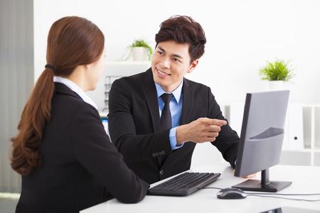 reunion de trabajo: La gente de negocios que tienen reunión y mirando la computadora en la oficina