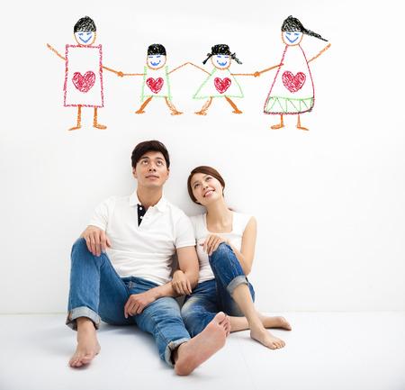 suelos: feliz pareja joven que busca el concepto de familia empate